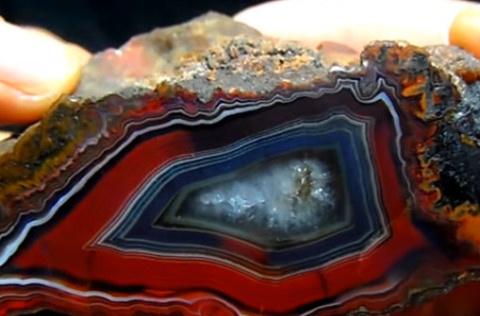 小伙野游捡到奇怪石头,专家称是玛瑙原石