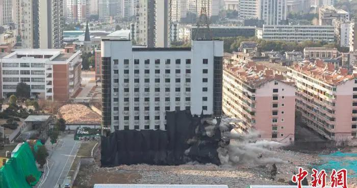 江西南昌一处老办公大楼整体爆破拆除