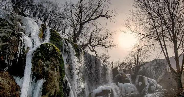 冬日九寨沟山林冰瀑相映成趣美不胜收