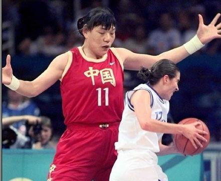 她是郑海霞的队友,身高2米08一生未嫁,37岁去世时穿国家队球服