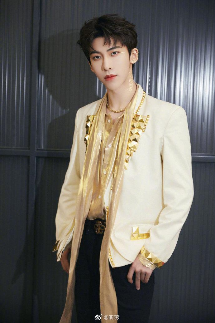 帅气有型的白色西装,波光粼粼的金色衬衫和金属点缀……