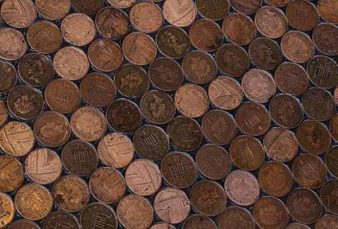 外国小伙突发奇想,用硬币铺地板,铺完后让人眼前一亮