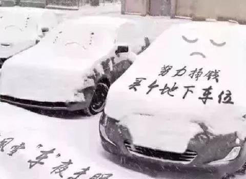 黑龙江一辆车上趴了个雪人,车主被吓到,网友:高手在民间呀