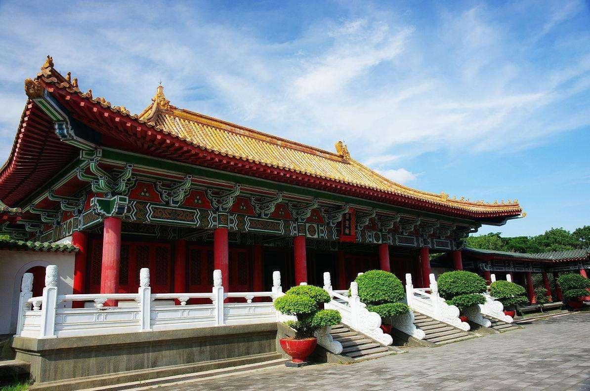 北京一座沿中轴线分布的古建筑,是左右对称的中国传统建筑布局