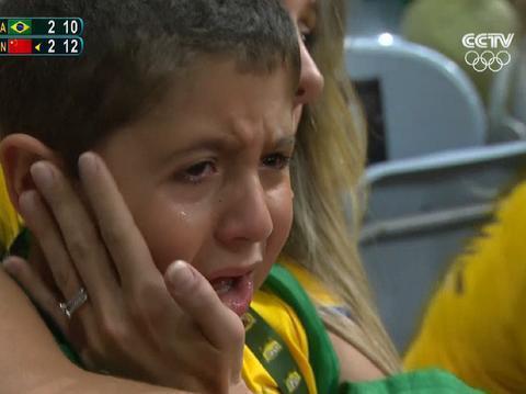 4年前里约奥运会,那个被中国女排吓哭的男孩,如今长得这么帅气
