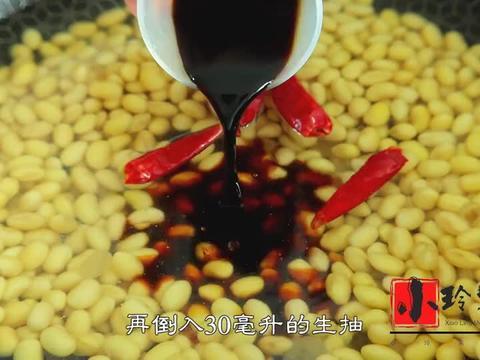 黄豆里面加一把冰糖,没想到这么好吃,不打豆浆不做面食,真解馋