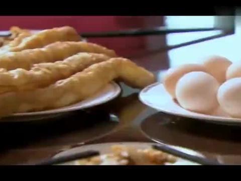 奶奶买了油条鸡蛋做早餐,孙子嫌弃没有面包牛奶,要出去吃三明治