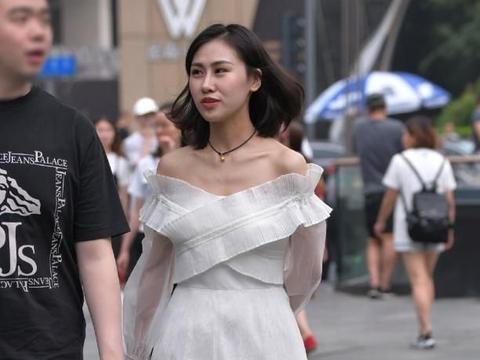 """小姐姐为了特别,用""""卸妆棉""""裹住裙子,意外成为新的时尚!"""