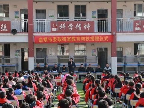 曲靖市委政策研究室向大明小学捐赠课桌椅80套……