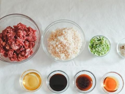 莲藕猪肉水饺肚大皮薄,咬一口下去软糯又脆生,汤汁丰富十分美味