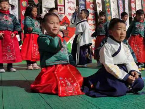 浙大玉泉幼儿园 200名小朋友身着中国传统汉服 组织中华诗词表演