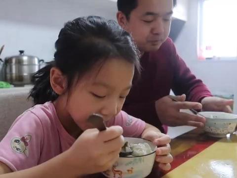 婆婆早饭做美味馄饨,热热乎乎吃着真暖胃,孙女桌上分享学校趣事