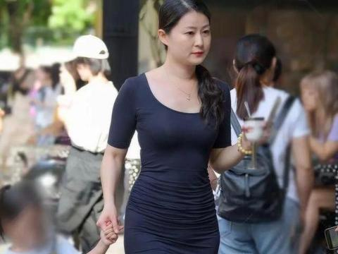 """面对""""胯宽""""的身材,束腰显得更为重要,方领连衣裙展现曼妙身姿"""