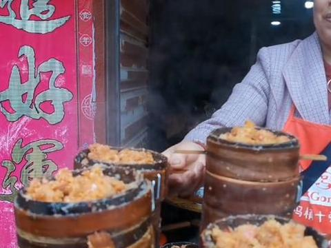四川嬢嬢在小镇上卖特色小吃,1天500份不扛卖,养出2个女大学生