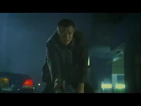 警察拔枪射吴京,吴京飞起一脚,让他把子弹吃下去了