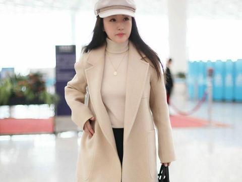 杨钰莹真赶时髦,穿羊绒大衣手提50万挎包,小个子也能穿出大气场