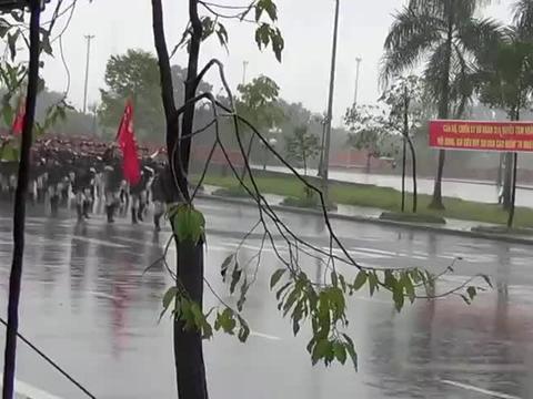越南冒大雨阅兵,女兵这正步霸气十足,气势不输我国女兵