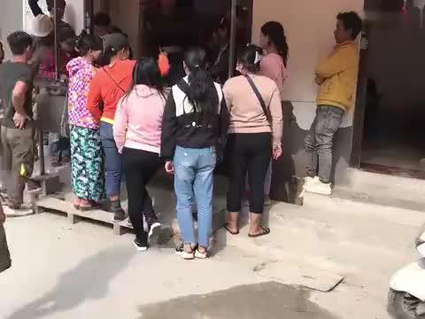 中国村庄缅甸人太多了,快餐店围得水泄不通,还以为到了缅甸农村