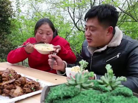 胖妹用大铁锅炖鸡骨架,又香又辣吃着也太过瘾了