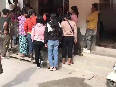 中国村庄缅甸人太多了,快餐店围个水泄不通,还以为到了缅甸农村