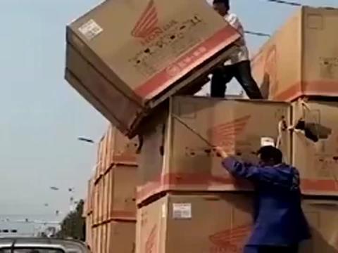 办法总比困难多,卸货时拍到这一幕,不得不说劳动人民就是聪明