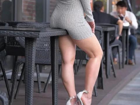 连衣裙的设计出色又不累人,实则魅力无限,让你充满时髦感