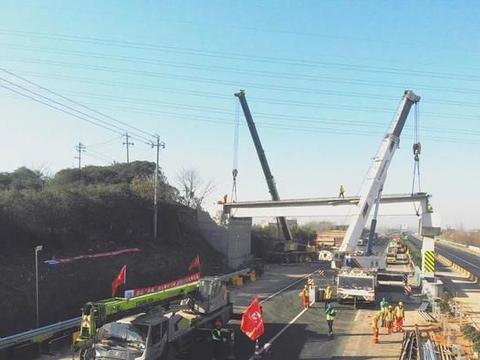 杭金衢改扩建二期首批3座天桥重建梁板架设完成