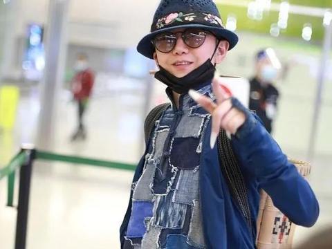"""杨丽萍走机场,蓝色""""补丁""""布衣搭竹篮背包,一如既往民族风"""