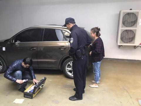 孩子被锁车内,好心人建议砸开车窗却被妈妈拒绝,原因值得理解