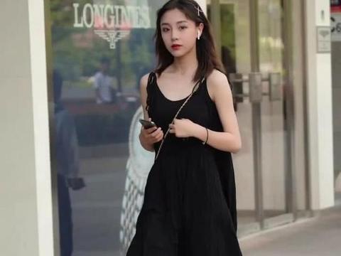 夏季如何穿搭出清新风,一条黑色森系长裙,让你清爽又减龄