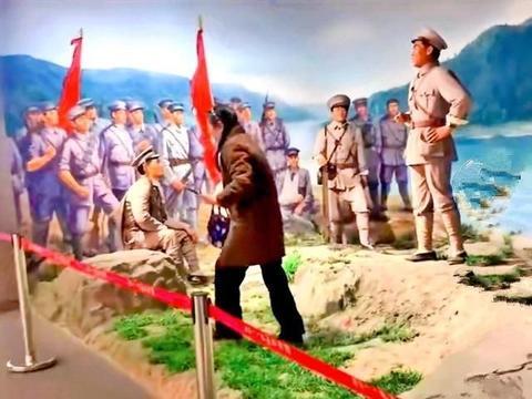 南昌:女子摆剪刀手与雕塑合影惹人怒,这一幕居然发生在……