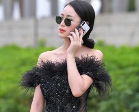 优雅的小姐姐,一袭抹胸礼服,凸显高贵女王范