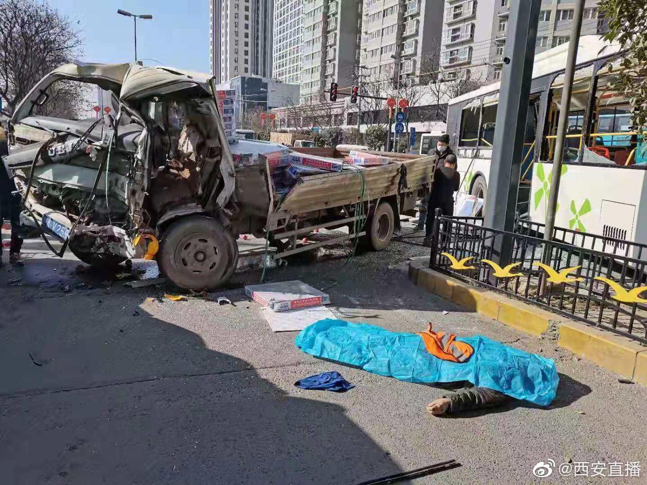 西安一货车与公交车相撞 现场有人员受伤