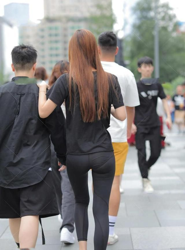黑色t恤搭配运动裤,显出苗条身形,时尚又大气