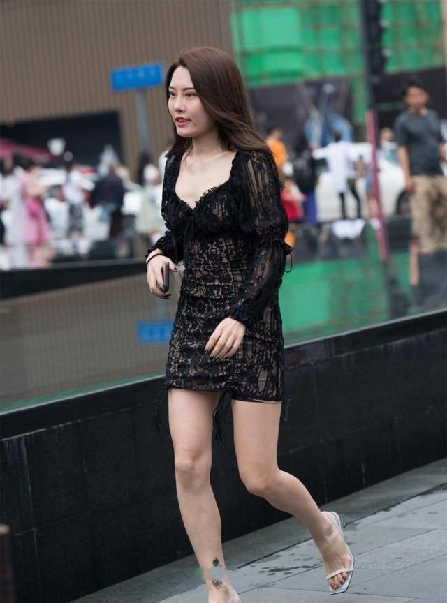黑色时尚的裙子,花边的装饰彰显时尚大气感