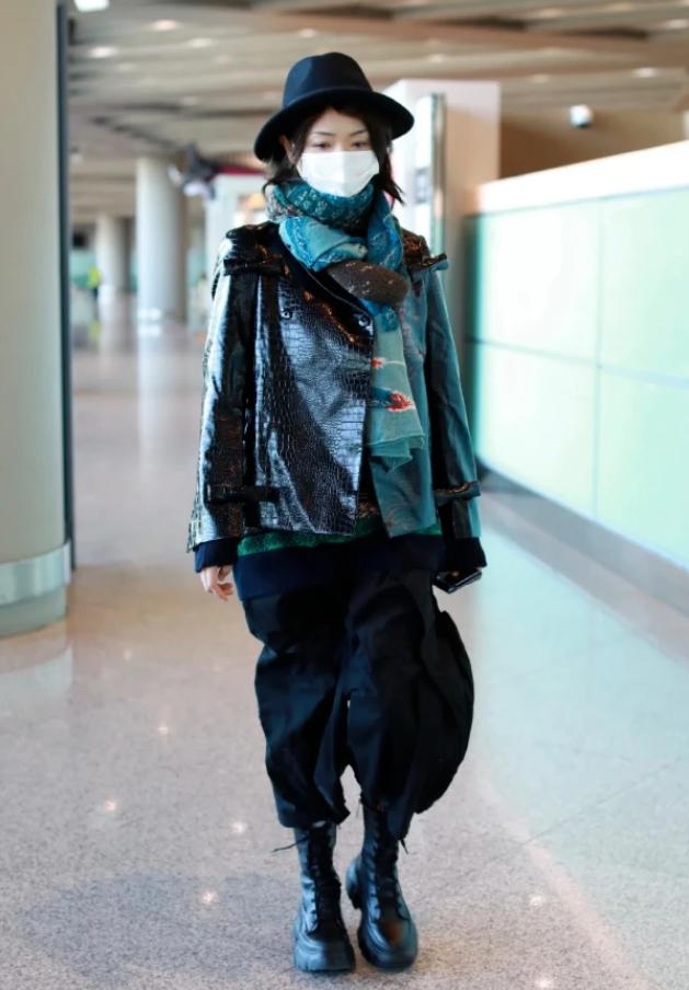"""谁说""""哈伦裤""""过时了?看万茜穿上后走机场,依旧潮成全场焦点"""