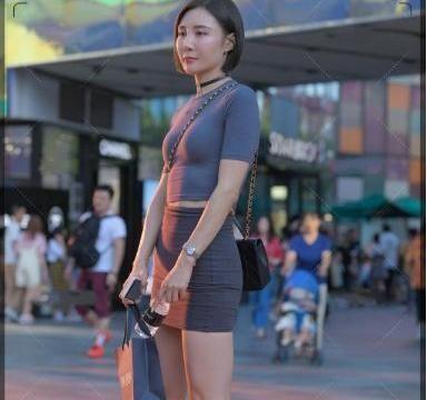 紧身中袖上衣和深灰色的一步裙,时尚,舒适简单