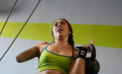 美国25岁女子右臂因车祸截肢,现在单臂举重190斤,让人心生敬意