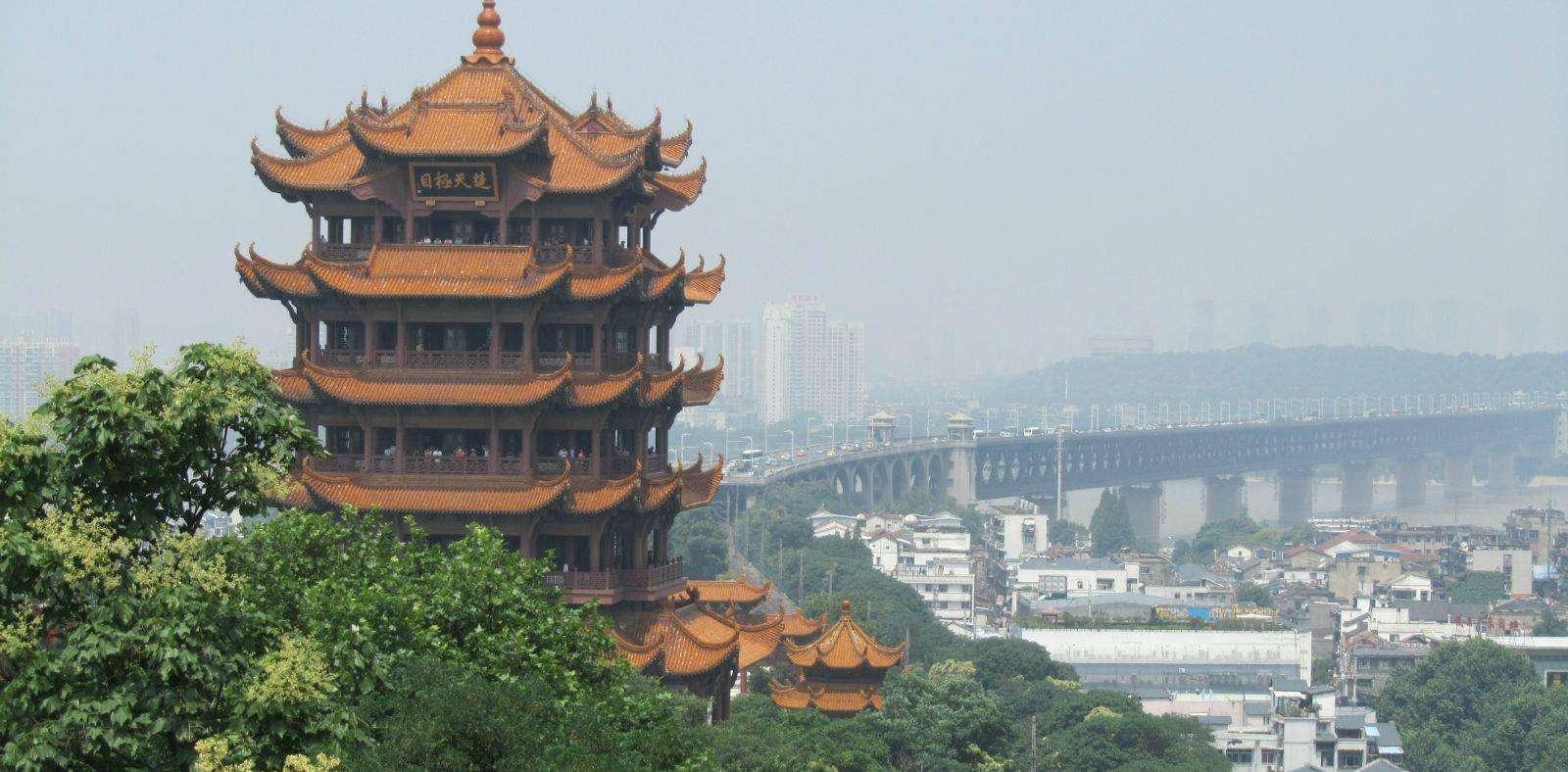 湖北一座濒临万里长江的古建筑,高51.4米,是江南三大名楼