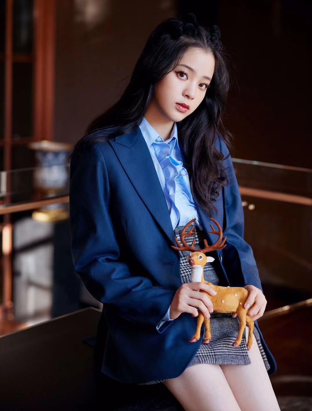 学院风学欧阳娜娜穿蓝色调,很有校花风范儿