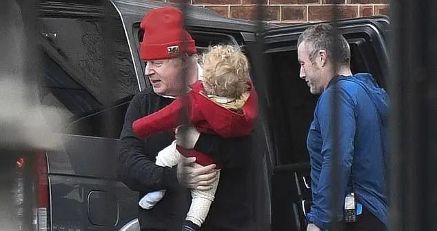56岁约翰逊抱8个月儿子,父子同款凌乱发,首相对己对娃都随性