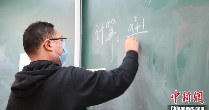 90后体育老师做班主任辅导数学