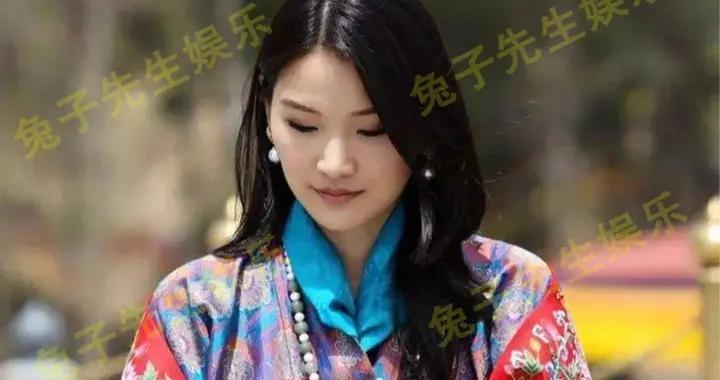 40岁不丹国王真可爱,用手指在王后衣袖上画圈圈,爱得很纯真