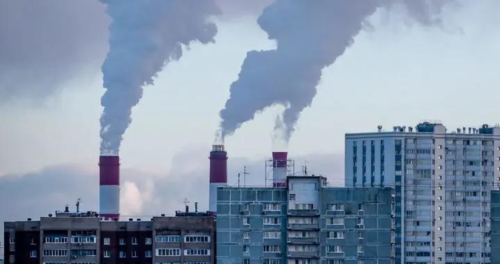 俄罗斯:莫斯科极寒天气下 烟囱白烟宛如云朵直入天空