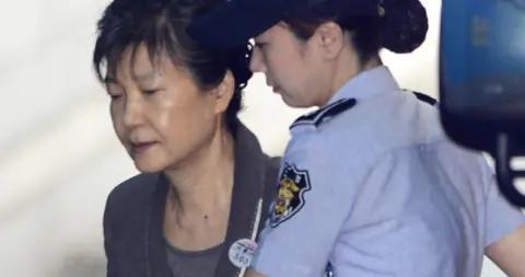 朴槿惠收到巨额罚款单:一个月交1亿人民币 否则3年苦役