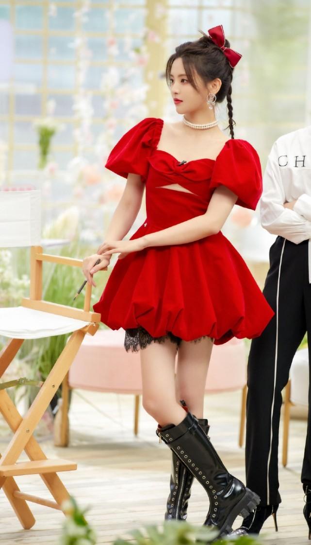 杨超越复古装扮,红色蓬蓬裙少女感十足,复古丝绒质感高贵大气