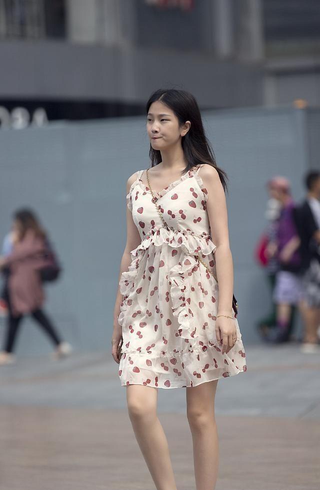 连衣裙突出优雅风格,自然不突兀,突出高雅风格