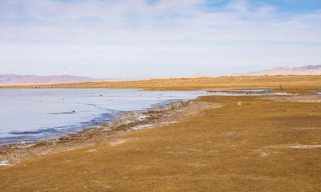 你见过冬天的青海湖吗?湖面都结冰了,景色却依旧美丽
