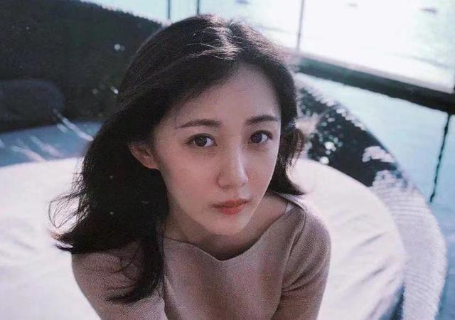 公公是张丰毅,婆婆是吕丽萍,出道五年无人识,被靳东意外带红