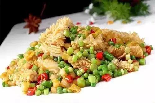 美食精选:五花肉香煎豆腐煲、酸辣鱿鱼、三汁焖锅鱼、萝卜烧鲳鱼